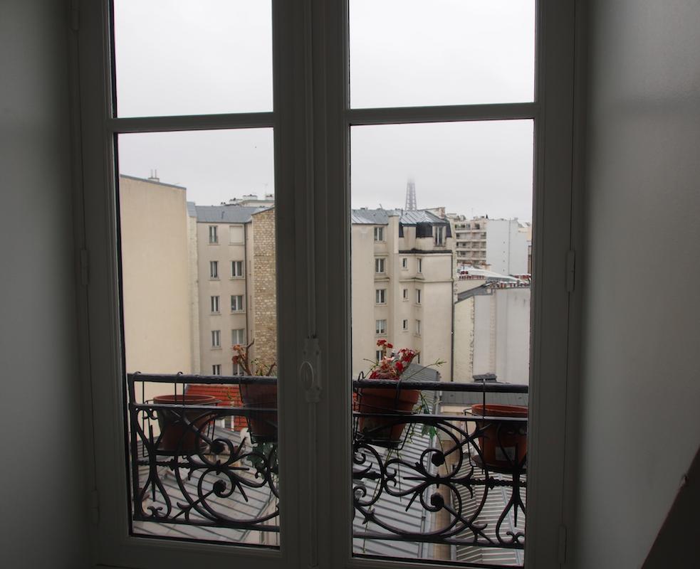 Sicht auf den Eiffelturm aus dem Airbnb Zimmer